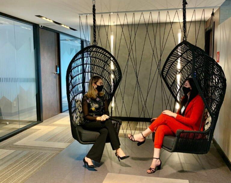 Duas mulheres conversando nos balanços do espaço de coworking br.offices